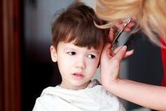 Corte de cabelo do rapaz pequeno imagens de stock royalty free