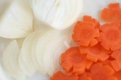 Corte de cebollas y de la zanahoria Imagen de archivo libre de regalías