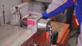 Corte de cobre en la máquina y los agujeros de perforación almacen de video