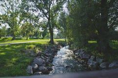 Corte de The Creek a través del parque fotos de archivo libres de regalías