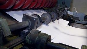 Corte de folhas ao formato desejado nos blocos empilhados 3 da unidade vídeos de arquivo