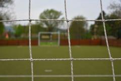 Corte de Futsal detrás de la red de la meta Imagen de archivo libre de regalías