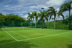 Corte de grama do tênis boa com fundo bonito Imagens de Stock Royalty Free