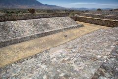 Corte de la bola de las ruinas de Yagul en Oaxaca México imagen de archivo libre de regalías
