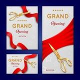 Corte de la cinta con las tarjetas de la invitación del vector de la ceremonia de gran inauguración de las tijeras, banderas libre illustration