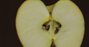 Corte de la manzana deliciosa para exprimir el jugo fresco Apple medio imágenes de archivo libres de regalías