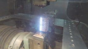 Corte de la precisión de las piezas de metal usando una máquina de la descarga eléctrica almacen de video
