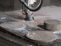 Corte de la presión de agua a través de los materiales del acero inoxidable Foto de archivo libre de regalías