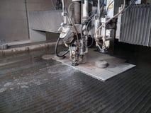 Corte de la presión de agua a través de los materiales del acero inoxidable Fotografía de archivo