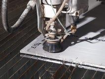Corte de la presión de agua a través de los materiales del acero inoxidable Fotografía de archivo libre de regalías