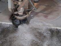 Corte de la presión de agua a través del acero inoxidable Foto de archivo libre de regalías