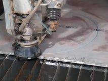 Corte de la presión de agua a través del acero inoxidable Fotografía de archivo libre de regalías