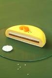 Corte de la torta amarilla de la miel, espino amarilla y del albaricoque de Entremet Fotos de archivo