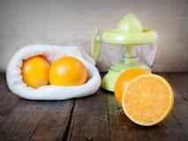 Corte de las naranjas fotografía de archivo libre de regalías