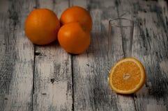 Corte de las naranjas fijado en base de madera Imágenes de archivo libres de regalías