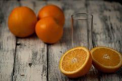 Corte de las naranjas fijado en base de madera Foto de archivo libre de regalías
