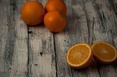 Corte de las naranjas fijado en base de madera Fotos de archivo