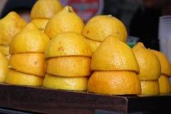 Corte de los limones por la mitad apilado imagenes de archivo