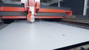 Corte de máquina do corte do laser uma grande folha de metal vídeos de arquivo