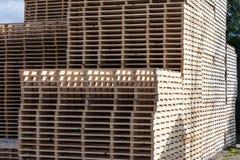 Corte de madeira e empilhado na fábrica imagens de stock