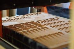 Corte de madeira por uma máquina de trituração com a pilha do fim da serragem acima fotos de stock