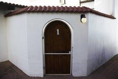 Corte de madera arqueada de Front Gate Number One To con arquitectura del estilo de Toscana imagen de archivo