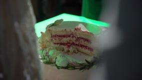 Corte de novia y del novio de la torta de la celebración de la boda almacen de video