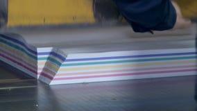 Corte de papel industrial para as notas 2 video estoque