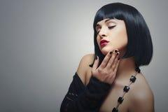 Corte de pelo atractivo joven moreno de Eautiful Woman.bob. labios rojos Imagen de archivo