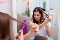 Corte de pelo cambiante de la muchacha adolescente enojada Fotos de archivo