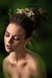 Corte de pelo de la moda Muchacha elegante con mirada fuerte en el estudio fotos de archivo
