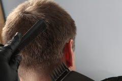 Corte de pelo del hombre con el condensador de ajuste fotografía de archivo