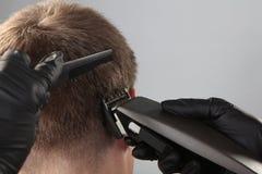 Corte de pelo del hombre con el condensador de ajuste imágenes de archivo libres de regalías