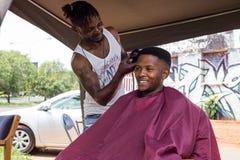 Corte de pelo en Johannesburgo Suráfrica imagen de archivo