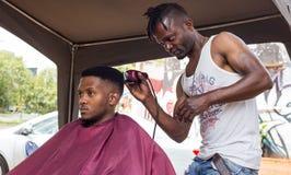 Corte de pelo en la calle de Johannesburgo en Suráfrica fotografía de archivo libre de regalías
