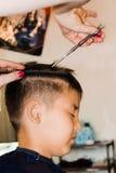 Corte de pelo en un estudio del pelo Foto de archivo