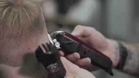 Corte de pelo masculino con la maquinilla de afeitar eléctrica Ciérrese para arriba de peinado del condensador de ajuste del pelo almacen de metraje de vídeo