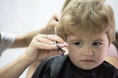 Corte de pelo que su niño amará Peinado lindo de los muchachos Embroma el salón de pelo Corte de pelo dado del pequeño niño Peque fotografía de archivo libre de regalías