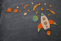 Corte de Rocket do papel e pintado sobre o fundo do quadro-negro da sala de classe imagens de stock