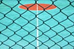 Corte de tênis atrás da rede da bordadura Foto de Stock Royalty Free