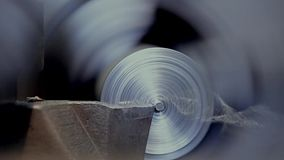 Corte de uma parte de detalhes do metal vídeos de arquivo
