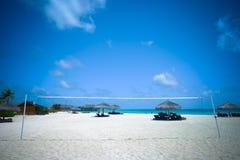 Corte de voleibol de playa en centro turístico hermoso Fotos de archivo libres de regalías