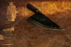 Corte del carnicero y objeto de la rebanada cuchillo que taja agudo en la tabla de madera imagen de archivo