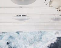 Corte del casco de las naves a través del océano Fotos de archivo libres de regalías