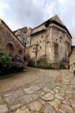 Corte del castillo de Pernstejn con el edificio abultado del palacio foto de archivo libre de regalías