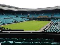 Corte del centro después de los campeonatos Todo el club de los tenis sobre hierba y del croquet de Inglaterra Wimbledon, Reino U fotografía de archivo