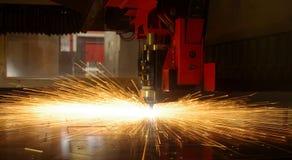 Corte del laser de la hoja de metal con las chispas Foto de archivo