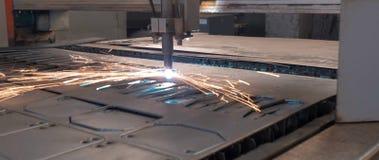 Corte del laser de la hoja de metal con las chispas fotografía de archivo
