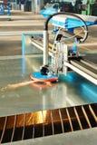 Corte del laser o del plasma de la hoja de metal con las chispas Fotografía de archivo libre de regalías