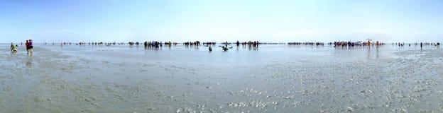 Corte del mango del turista de la silueta del panorama de 360 grados en la isla nuevamente encontrada de la barra de arena Fotos de archivo